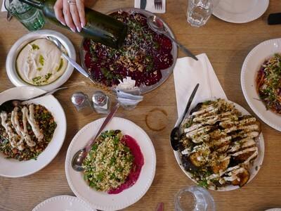 ארוחת צהריים במסעדה במרכז, טיול בטבע