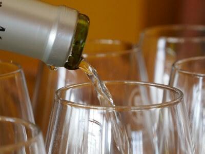 סיור יין בעמק חפר, מזיגת יין