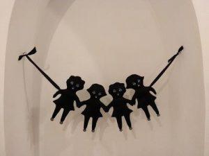 בובות שחורות תלויות על חוט
