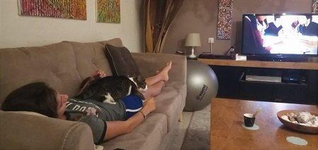 ילדה צופה בסדרה, חתול ישן עליה