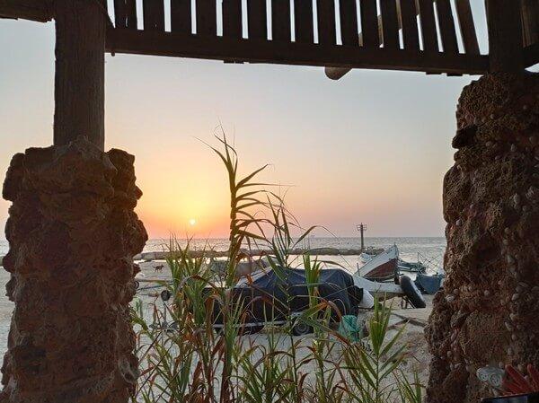 טיולים בארץ, מול הים. משרד עם נוף לים על החוף