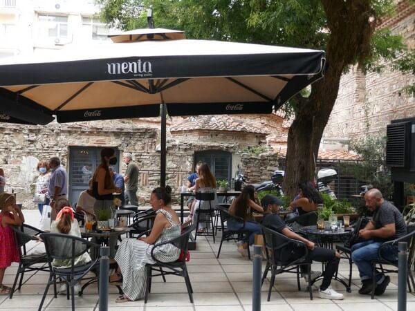 בסלוניקי אוהבים בתי קפה, העיר העתיקה והחדשה מלאה במקומות יפים לשבת ולהנות