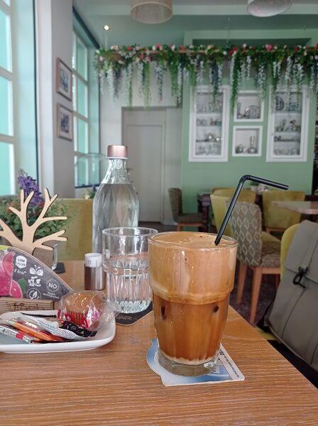 הקפה האולטימטיבי המרענן לימי הקיץ. מנת אספרסו עם קרח, קצת חלב ומי סוכר למי שרוצים
