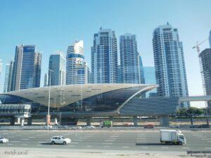 dubai תחנת מטרו דובאי. בדובאי יש מטרו, רכבת קלה, סירות, ומוניות