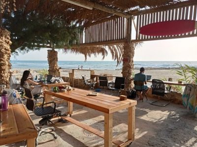 טיולים בארץ, נוודים דיגיטליים, משרד עם נוף לים על החוף