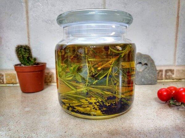 שמן זית מיוחד, מתכון. איך בעזרת זעתר, פלפל, רוזמרין, אורגנו ועוד צמחים מכינים שמן זית טעים ואיכותי