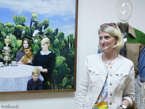 הדוגמנית ליד הציור שבו היא מופיעה, כל מה שחם באומנות