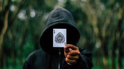 קסם עם קלפים. קלפים מופיעים ונעלמים