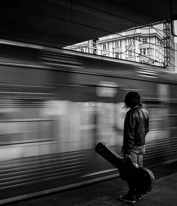 הטרנדים החדשים, רכבת ואדם עם גיטרה